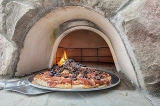 Pizza preparata in cuptor cu lemne de exterior