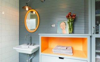 Accente galbene intr-o baie eleganta si moderna cu mobilier si faianta gri