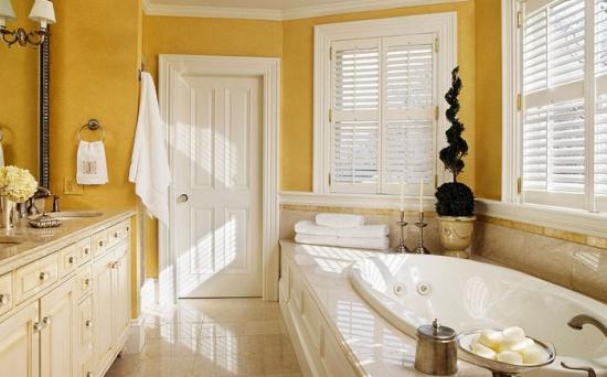Baie clasica cu elemente de design in stil victorian zugravita cu galben