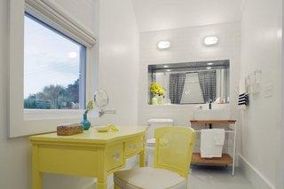 Baie de dimensiuni medii amenajata in alb cu mobilier de baie din lemn galben deschis