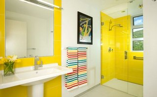 Faianta galben aprins pentru interiorul unei bai moderne
