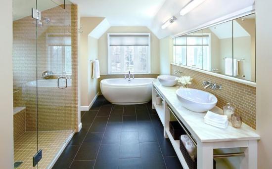 Interior de baie decorat cu faianta in tonuri de galben pai