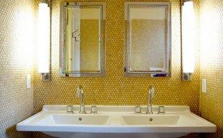 Mozaic galben pe peretii interiori ai unei bai cu decor modern