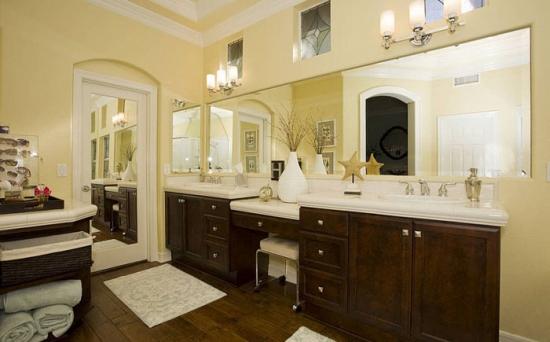 Pereti galben pal si mobilier de baie din lemn de nuc o nuanta inchisa