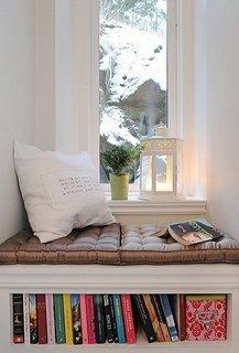 Bancuta in fata ferestrei si cu suport pentru carti dedesubt