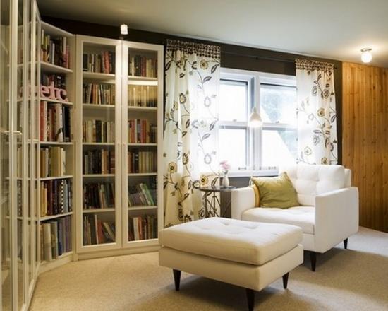 Biblioteca cu usi din sticla pe perete cu forma atipica
