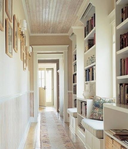 Bibliteca amenajata pe un hol
