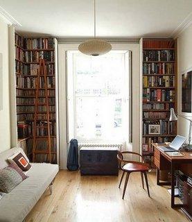 Camera de lucru mica cu biblioteca langa fereastra
