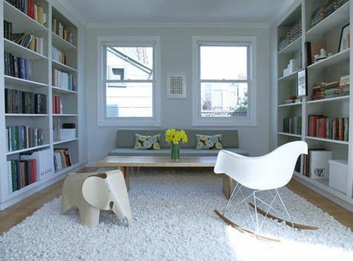 Camera pentru oaspeti cu biblioteci pe peretii opusi