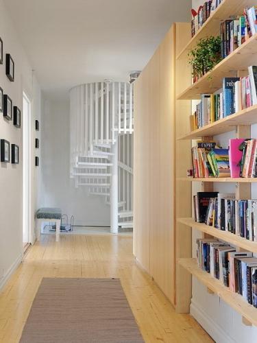 Cum sa azezi intr-un hol ingust etajere pentru carti si un dressing