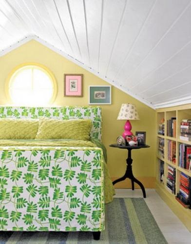 Dormitor la mansarda cu rafturi pe peretele cel mai jos
