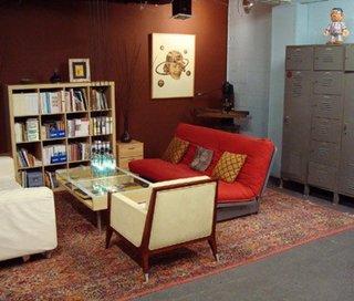 Living mic cu biblioteca de inaltime medie