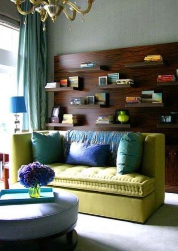 Perete in spatele canapelei placat cu lemn si cu etajere suspendate