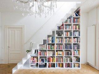 Scara moderna fara balustrada si cu etajere pentru carti