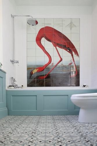 Baie mica amenajata cu bleu si desen cu pasare flamingo