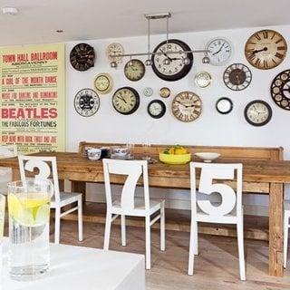 Bucatarie rustica cu perete placat cu multe modele diferite de ceasuri