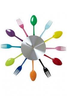 Furculite si lingurile colorate asezate in cerc ca si rama pentru ceas de perete