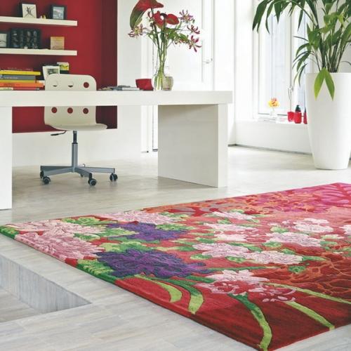 Covor colorat cu motive florale pentru amenajarea unui birou