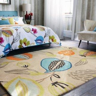 Dormitor cu covor crem si desene cu frunze frumos colorate