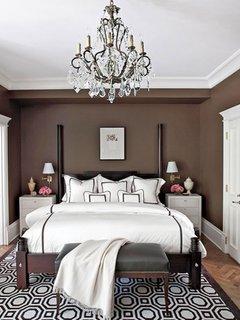 Candelabru mare cu cristale pentru un dormitor mobilat in stil clasic
