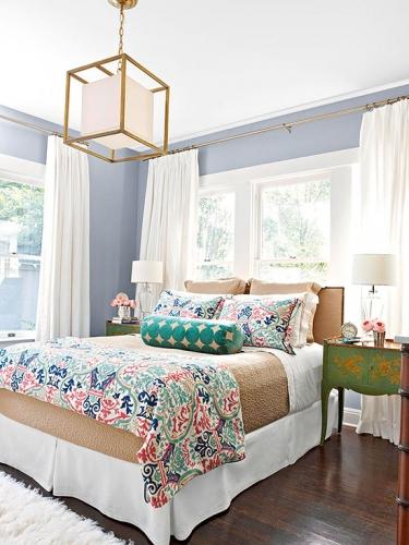 Candelabru patrat cu rama din crom si abajur alb din sticla intr-un dormitor modern