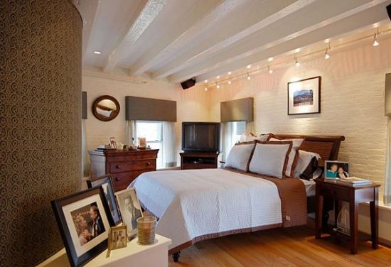 Linie lunga cu spoturi fixata pe tavan deasupra patului