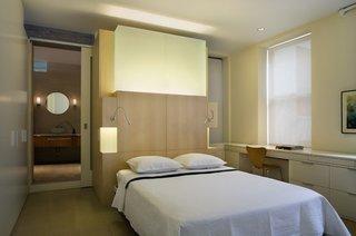 Lustra cu LED amplasata desupra tabliei patului