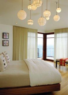 Lustra cu globuri crem pentru un dormitor simplu