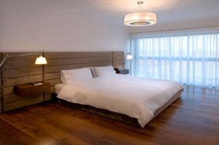 Lustra rotunda pentru un dormitor minimalist
