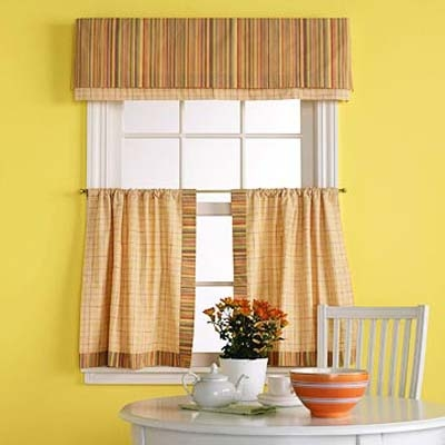 Cornisa decorativa si perdelute pe jumatatea geamului la bucatarie