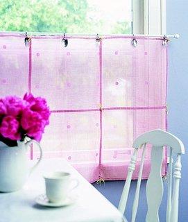 Perdea pentru bucatarie roz semitransparenta model scurt cu decoratiuni metalice