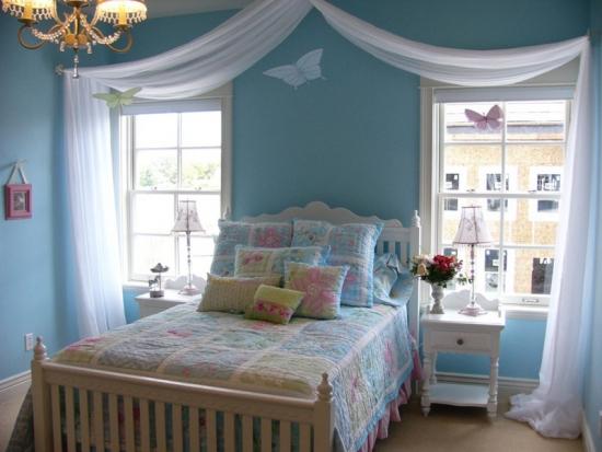 Alb si bleu culori pentru un dormitor frumos de fetita