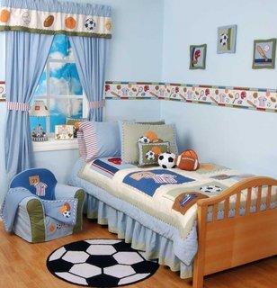 Camera mica de copil cu covor in forma de minge de fotbal si draperii asortate cu tema sportiva