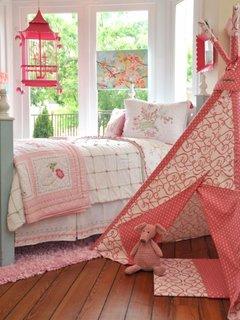 Camera originala pentru fetite cu covor doar sub pat