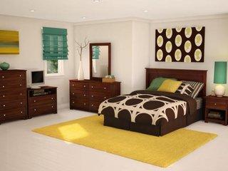 Camera pentru adolescenti cu mobilier din nuc covor galben pai si draperie romana verzuie
