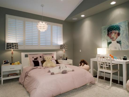 Camera pentru adolescenti zugravita cu gri si mobila alba