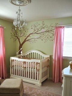 Camera pentru bebelusi cu patut alb pereti vernil cu sticker decorativ si perdelute roz