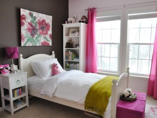 Combinatie de mobila alba pereti gri si accesorii roz in camera de fetita