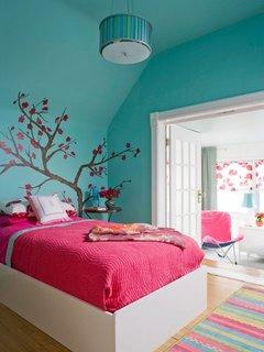 Covor tesut in dungi roz bleu si galben cu peret bleu si cuvertura de pat roz