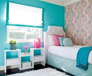 Dormitor decorat in alb si bleu cu covor alb pufos si draperie romana cu bordura bleu