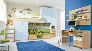 Dormitor pentru baieti cu pereti cu stickere decorative mobilier din lemn si covor albastru viu