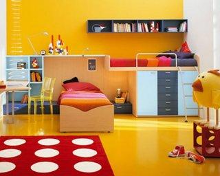 Dormitor pentru copii zugravit in galben aprins cu mobilier bleu cu bleumarin si covor rosu cu bulin