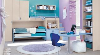 Idee de dormitor amenajat in albastru si violet