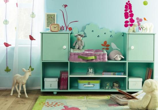 Idee eleganta de amenajare a unui dormitor pentru copii cu perdea transparenta cu decoratiuni si cov
