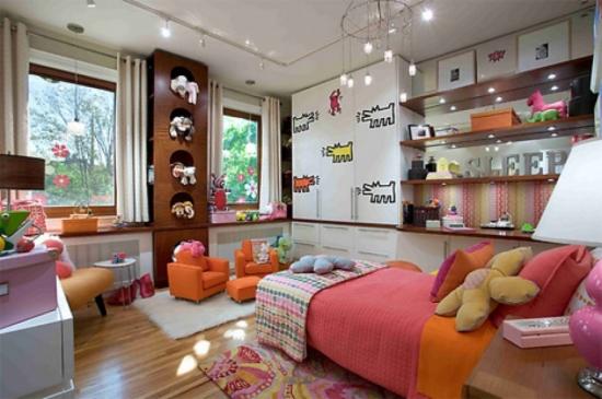 Iluminare cu leduri pe tot tavanul in camera colorata amenajata pentru copii cu parchet laminat si c