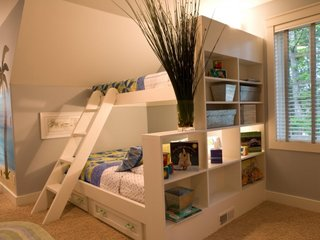 Model de pat supraetajat alb cu etajere in capat