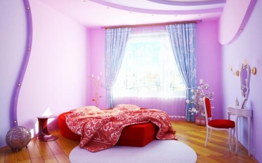 Parchet din lemn masiv pat si scaun rosu zugraveala lila si perdeluta bleu cu flori
