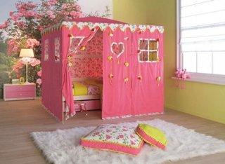 Pat pentru fetite cu perdea roz fereastra cu draperie simpla romana si covor pufos alb
