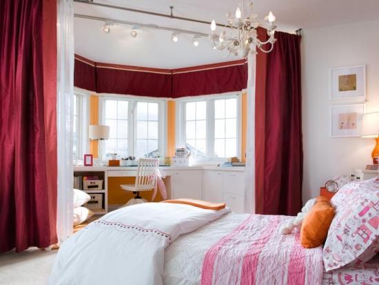 Perdele rosu visiniu intr-un dormitor mobilat si zugravit cu alb