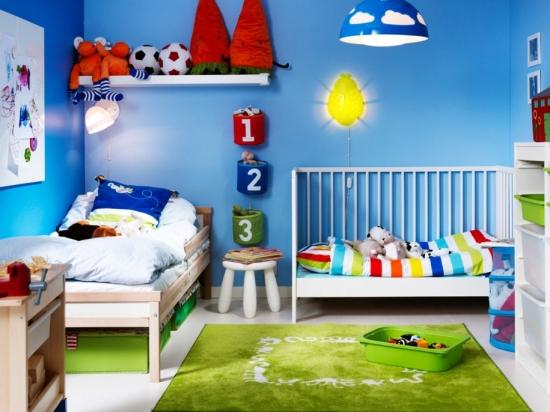 Pereti zugraviti in albastru aprins cu cosuri cu numere si un covor verde idee de dormitor de copil